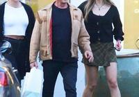 史泰龍陪小女兒購物,73歲硬漢眼皮耷拉盡顯老態,漂亮女兒吸睛