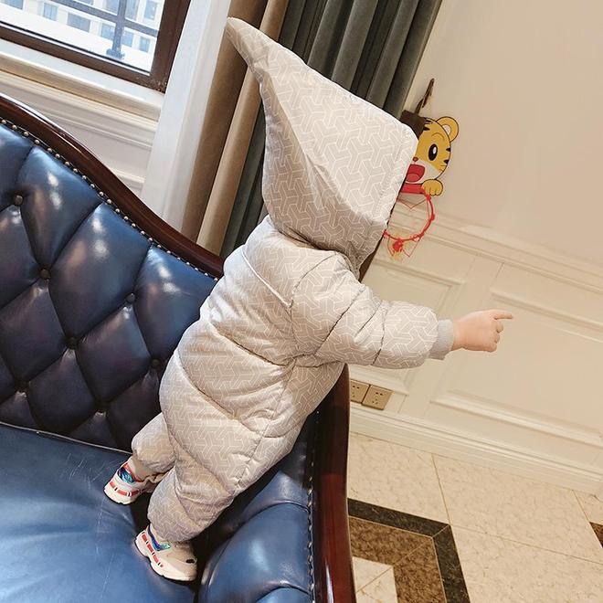 冬天帶寶寶出門換個紙尿褲真麻煩!自從買了這神衣,輕鬆解決煩惱
