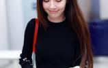 """郭碧婷穿""""一身黑""""亮相機場,長直髮甜美俏麗,笑起來太溫柔了"""