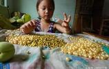 爸媽打工一天掙三五百,6歲的她和奶奶在家做珠鏈,一條掙兩毛錢