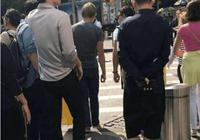在紐約準備參加紐約時裝週的李易峰,在紐約街頭被粉絲偶遇
