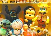 家裡好多玩具玩具,把玩具拿出來給別的小孩玩你願意嗎?或者說用舊玩具換回舊玩具?