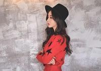 孫允珠搭配紅色滿天星印花針織連衣短裙 淑麗姣好