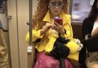 地鐵最時尚阿姨走紅?鏡頭拉近看她裝扮,不是一般人能駕馭