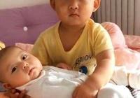 3歲哥哥哄弟弟睡覺,誰知把自己給哄睡著了,寶媽哭笑不得