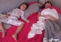 李小璐甜馨辣眼睡相被賈乃亮拍照上傳,甜馨睡姿不愧為馨爺