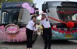 公交車男司機娶了同班組的女組長,兩人各開一輛公交車到婚禮現場