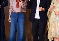 48歲袁詠儀紅脣捲髮很驚豔,粉衣藍褲好減齡