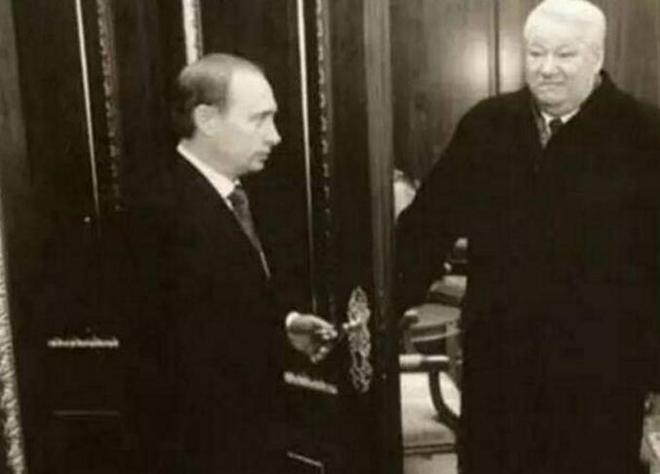 老照片:里根不會想到同他握手的年輕人未來取代了他的位置