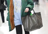 背同款購物袋,關曉彤宛如買菜大媽,鄧紫棋大6歲反而俏皮感十足