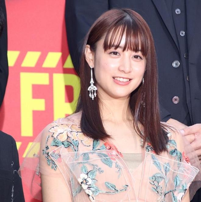 山本美月出席電影活動 印花紗裙搭配大耳環美麗動人