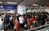 """大批旅客冒雨""""湧入""""北京地鐵 人頭攢動綿延100餘米 一時間人滿為患 不多說看圖吧"""