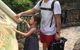李小鵬微博晒出和小奧莉的旅遊照,卻意外火了手裡的摺疊車,寶媽們紛紛求同款