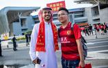 沙特小哥不遠萬里觀戰恆大亞冠,在場外受到中國球迷熱捧