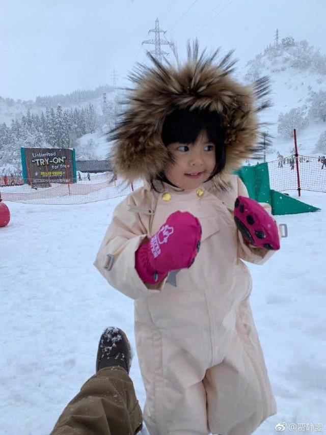 賈靜雯一家四口滑雪初體驗,波妞咘咘專注吃雪小表情古靈精怪