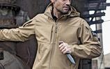硬朗的男人總要有一兩件衝鋒衣,秋冬防寒保暖最實用