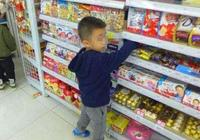 熊孩子故意捏碎超市海苔,兩位媽媽不同的做法,孩子受教大不同!