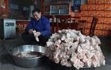 農村這位大叔做豬蹄有絕招,每天人山人海,一天能賣出365份!