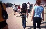 這個國家的女兵是最美的,做任何事情都是槍不離手