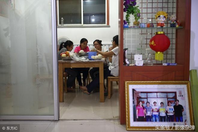 """農村四胞胎女兒""""爭氣""""都考上大學,父親每人""""獎勵""""一臺手機"""