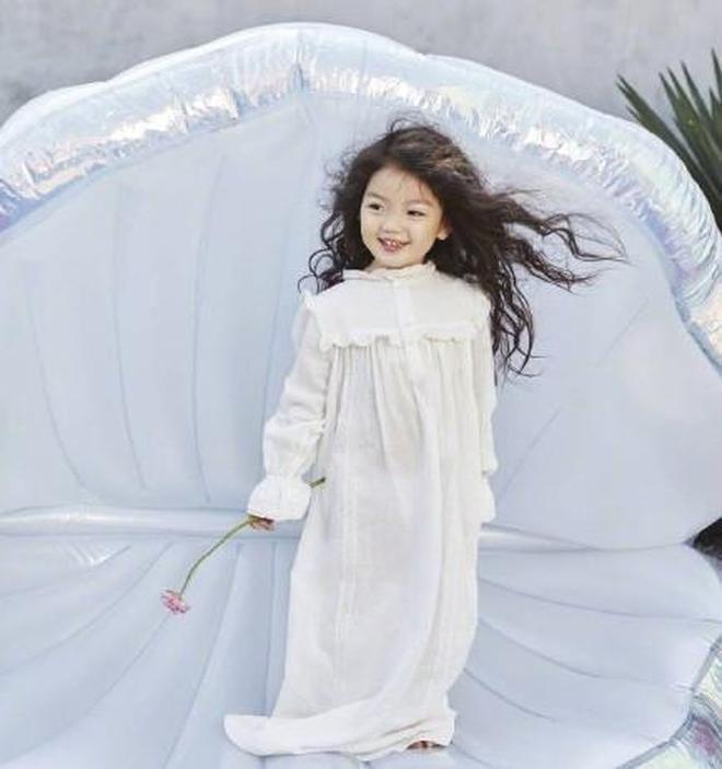 董力阿拉蕾拍攝時尚大片,阿拉蕾與董爸爸互動十分暖心