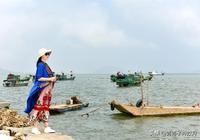 這個漁村風景如畫,鮮美生蠔論吊賣,遊客都隨船家出海,玩的好嗨