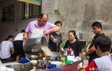 七旬大叔賣稀奇美食,一天售出上千碗,自己想吃留不住