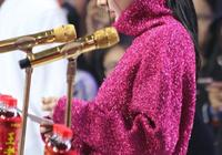 """楊冪又開始""""駝背""""了,不過紫色毛衣掩蓋這一缺陷,都是毛衣的功勞"""