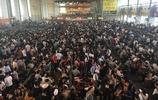 成都火車站因地震影響多次列車被停運 候車大廳人滿為患