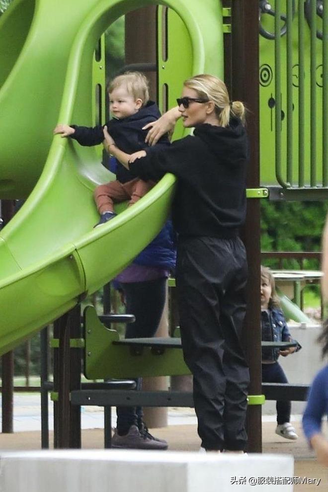 羅茜·漢丁頓-惠特莉簡約穿搭休閒範十足,和小正太公園遊玩