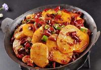 兩個土豆這樣做,外焦裡嫩香辣可口,吃了會上癮,做法很簡單!