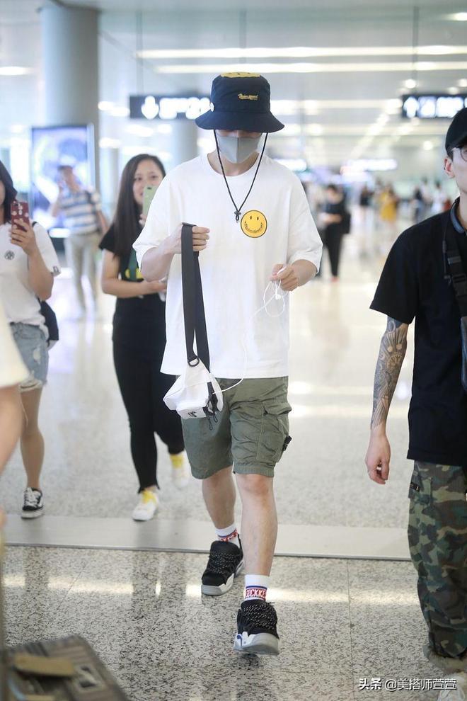 魏晨穿白T恤演繹帥氣清爽夏日風,口罩遮面素顏難掩男神魅力