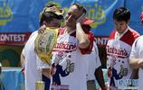 紐約舉行吃熱狗大賽 男子組冠軍10分鐘吃71個熱狗