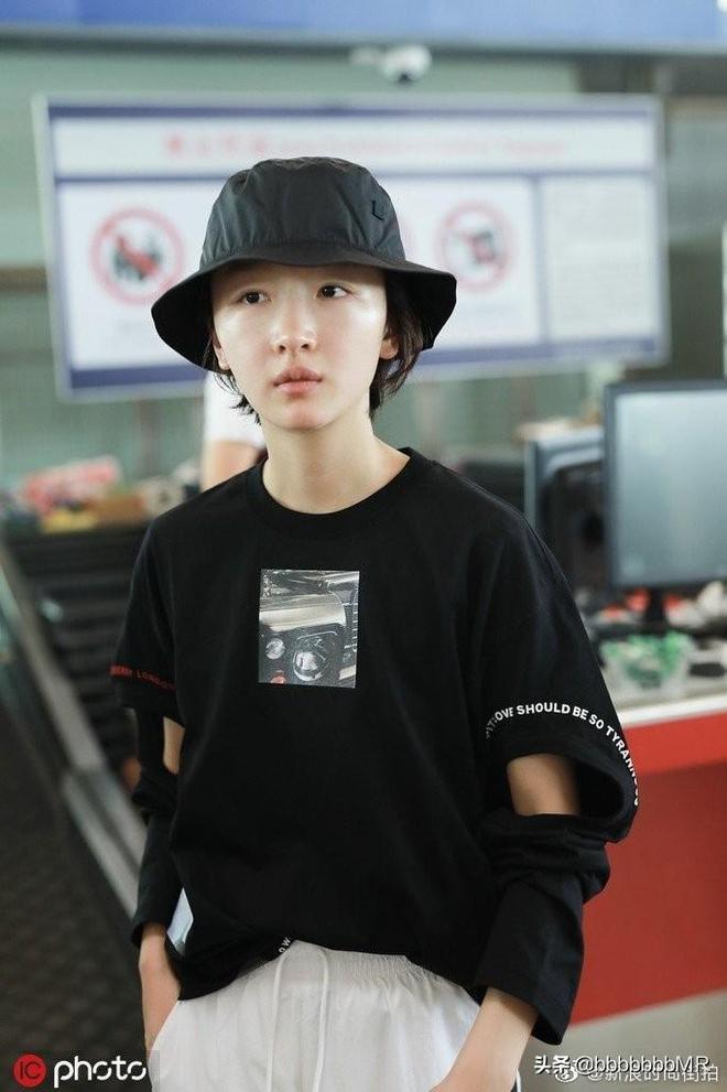周冬雨素顏現身機場,黑長袖T加白運動褲,學妹妝扮盡顯清純氣息
