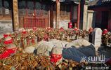 泰山極頂玉皇廟禁止燒香燃燭後遊客竟還有些不適應了?