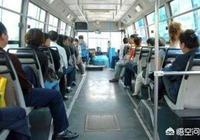 在公交車上給老人讓座時,車子起步讓座的人摔倒了從而壓到旁邊的孕婦,這個責任該誰負呢?你怎麼看?