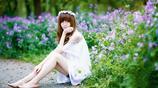 小智圖說-紫色花田邊穿白色裙子的氣質美女抱著一個可愛玩具熊!