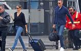 吉賽爾·邦辰紐約街拍,身穿黑色V領毛衣+牛仔褲,簡約清爽幹練