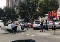 東莞街頭兩車猛撞,轎車當場翻了個身!所幸無人員傷亡