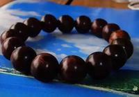 有包漿的海黃手串被盤成了黑色,盤它,是這麼理解
