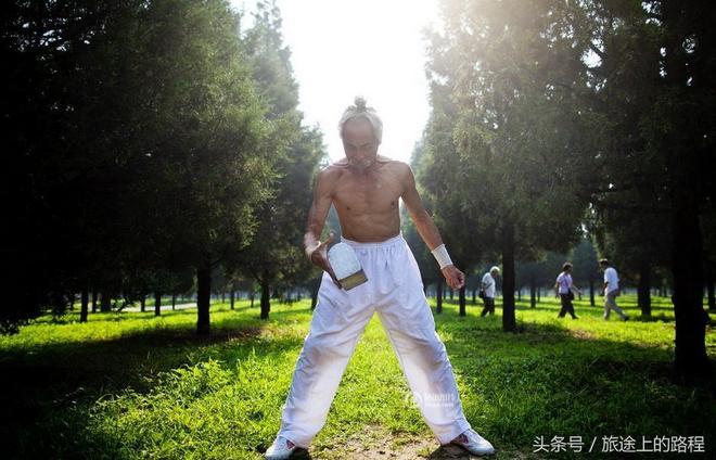 """從商破產後,他逃到北京表演硬氣功,人稱""""大俠""""曾叫板武術教練"""