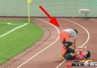 這拼勁男足有嗎?王霜拼搶太猛衝出場外,直接將助理裁判撞飛,你怎麼評價?