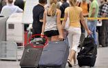"""去高鐵站才知道,沒人帶行李箱了!輕人都這樣""""帶"""",真是機智"""