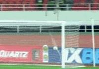 非洲足球驚現慘劇,一名球員雙腿被踢骨折,主裁判看到都痛哭,當時發生了什麼?