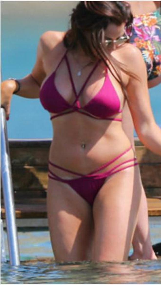 歐美名模在海邊度假,當天她玩的笑不合嘴 非常開心!