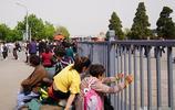 """慕名前來北京旅遊,游完天安門故宮""""累癱""""了,遊客席地而坐休息"""