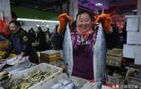 同樣18元一斤的價格 野生黃花魚個頭比養殖的小多了 而且供不應求