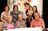 二婚的賈靜雯太幸福,隨老公帶著女兒咘咘和bo妞一起家庭聚餐!