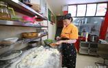 福建女人在昆明滇池旁開了一家光餅店,5年來燒餅不漲價,一天賣1000個,一個只賺2毛錢