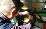 58歲老人騎車環遊全國,吃喝拉撒全在車上,準備成為網紅